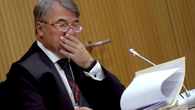 El abogado de los cuatro miembros de La Manada, Agustín Martínez Becerra (d) durante el juicio por los hechos acaecidos en Pozoblanco que se celebra en la ciudad de la Justicia de Córdoba a 18 de noviembre del 2019