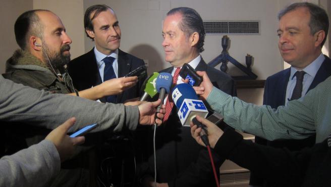 El presidente de Abanca, Juan Carlos Escotet, atiende a los medios de comunicación.