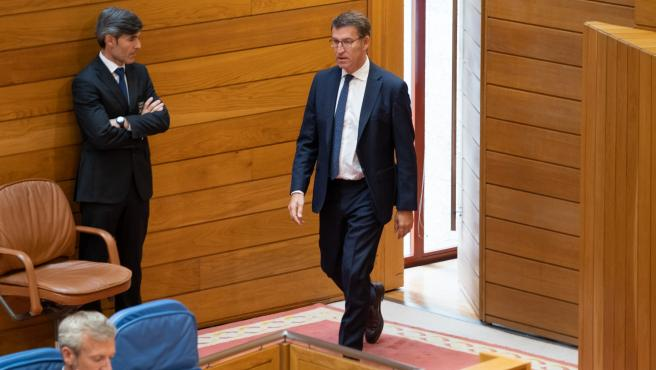 El presidente de la Xunta, Alberto Núñez Feijóo, entra en el hemicilo del Parlamento de Galicia