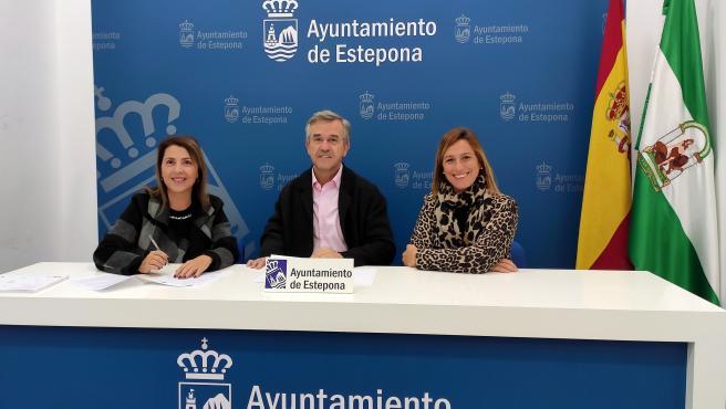 Firma del convenio para el Proyecto de Prevención de la Exclusión Residencial entre el alcalde de Estepona, José María García Urbano, y la presidenta de TM Grupo Inmobiliario, Ángeles Serna Lorente.