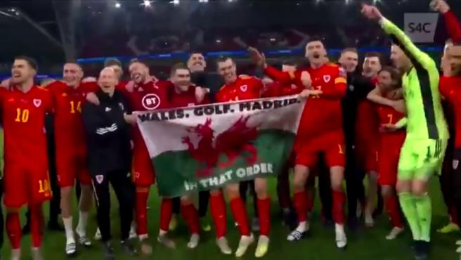 Bale celebra la clasificación de Gales para la Euro 2020 con la polémica bandera.
