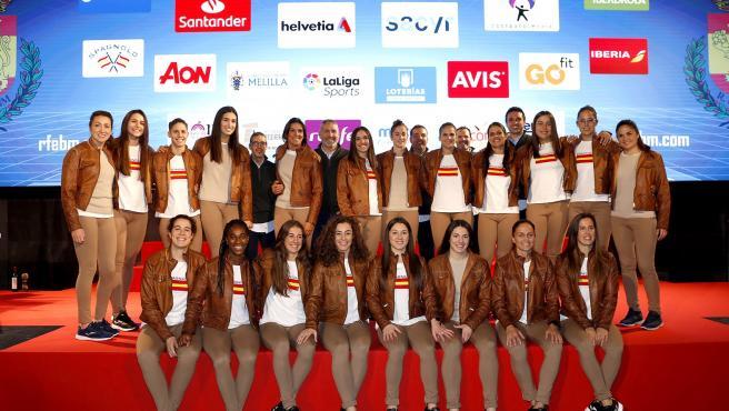 La selección española de balonmano femenino y Carlos Viver posan en el acto de despedida de antes del Mundial de Japón
