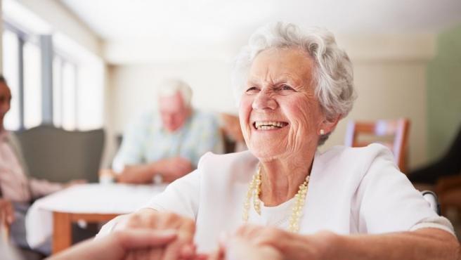 Varias personas mayores en una residencia.