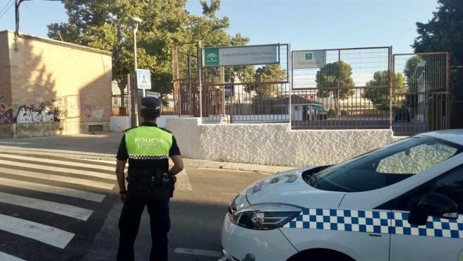 Policía Local de Jaén en un paso de peatón/Archivo