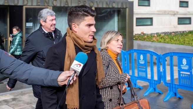 Raúl Calvo, uno de los exjufadores de la Arandina acusados de una agresión sexual, con su abogada.