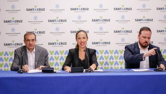 El administrador único de RTVC, Francisco Moreno, la alcaldesa de Santa Cruz de Tenerife, Patricia Hernández y el concejal de Fiestas, Andrés Casanova, en la presentación del convenio para la retransmisión de los Carnavales