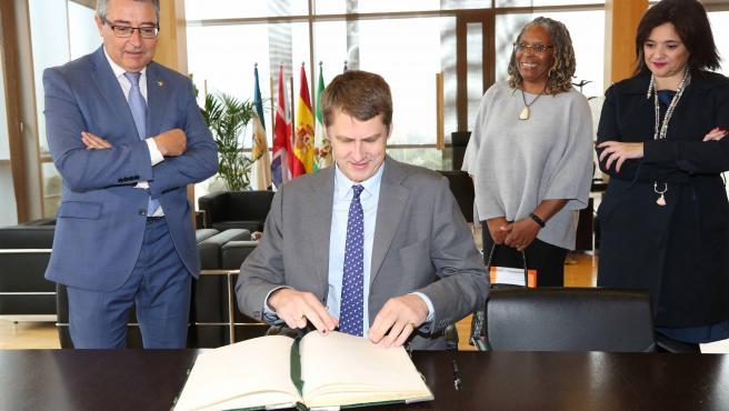 El embajador de Reino Unido en España, Hugh Elliot, visita la Diputación de Málaga y se reúne con el presidente, Francisco Salado.