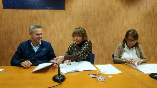 Ignacio Bueno, Lucía López y María Quintana durante la firma.