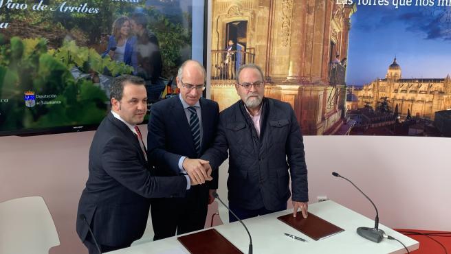 Javier García, Javier Iglesias y José Manuel Pilo tras la firma del convenio entre la Diputación de Salamanca y las rutas de Sierra de Francia y Arribes este jueves en el marco de Intur.