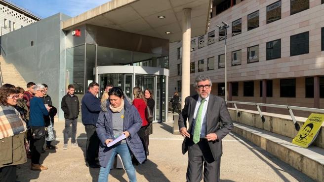 Jordi Pina, a la salida de los juzgados de Lleida con familiares y abogados de detenidos en prisión preventiva por los disturbios de octubre.