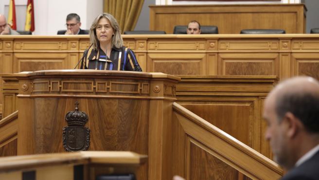 La diputada del PP, Ana Guarinos, y el vicepresidente de C-LM, José Luis Martínez Guijarro, en el pleno de las Cortes.