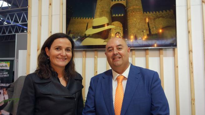 La teniente de alcalde de Ávila y concejal de Empleo, Industria y Comercio, Sonsoles Prieto, junto al concejal de Turismo, Carlos López, durante su presencia en Intur.