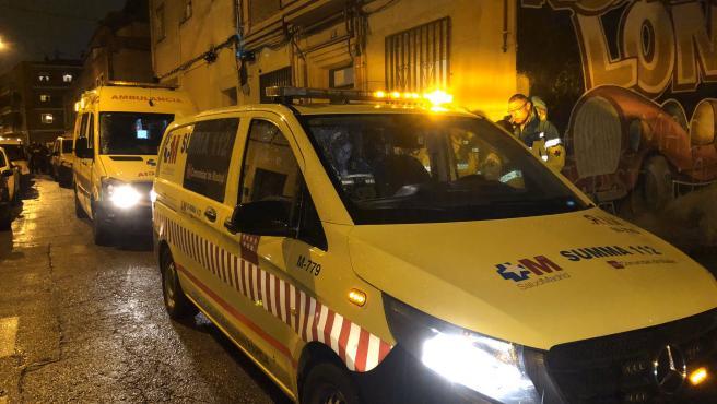 Una ambulancia y un vehículo del servicio de emergencias del SUMMA 112, junto al domicilio del distrito madrileño de Carabanchel donde fue apuñalada una mujer.