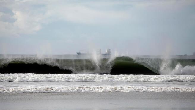 Olas rompiendo contra la costa del municipio coruñés de Pontedeume.