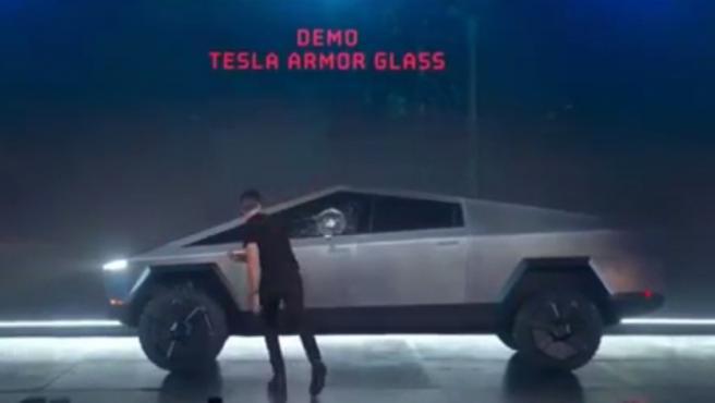 Un momento embarazoso ocurrió este jueves mientras se celebraba la presentación de la esperada y futurista pickup eléctrica Cybertruck, desarrollada por la compañía Tesla, y con Elon Musk, su fundador, como maestro de ceremonias.
