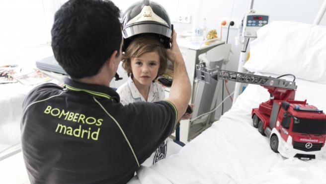 Bosco, durante el taller que los bomberos realizan en el Hospital San Rafael.