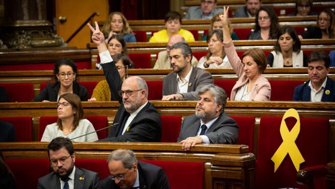 Bancada de JxCat y ERC durante una votación en el pleno del Parlament
