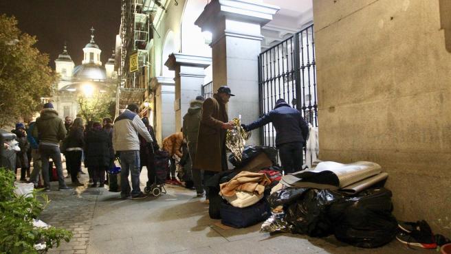 Decenas de personas hacen noche a diario en la puerta del Samur Social, en La Latina.