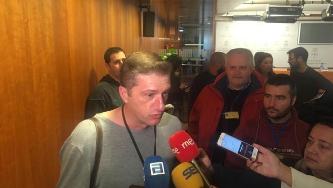 José Manuel de la Uz, presidente del comité de empresa en Alcoa (Alu Ibérica) y representantes de los trabajadores se reúnen con diputados de Podemos