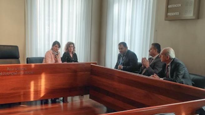 Las diputadas de Ciudadanos Laura Pérez Macho y Susana Fernández, reunidas con los presidentes de las Cámaras de Comercio de Oviedo, Carlos Paniceres, Gijón, Félix Baragaño, y Avilés, Luis Nogueras.
