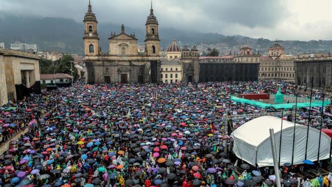 Miles de personas ocupan la Plaza de Bolívar, en Bogotá (Colombia), en una protesta nacional contra la política económica y social del presidente Iván Duque.