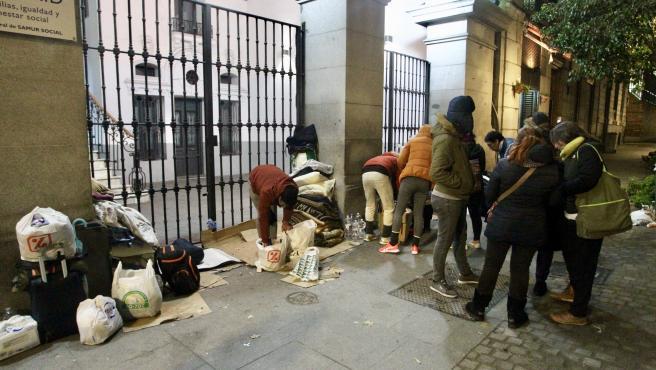 Un grupo de sintecho se prepara para dormir frente a la sede del Samur Social.