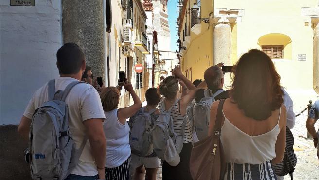 Unos turistas realizan fotografías en las calles de la localidad sevillana de Écija