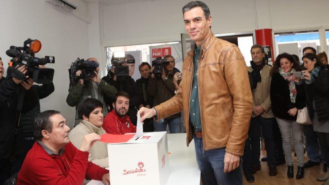 Pedro Sánchez, ha votado esta mañana en la agrupación socialista de Pozuelo de Alarcón (Madrid) en la consulta entre la militancia puesta en marcha para avalar el acuerdo de Gobierno de coalición con Unidas Podemos.