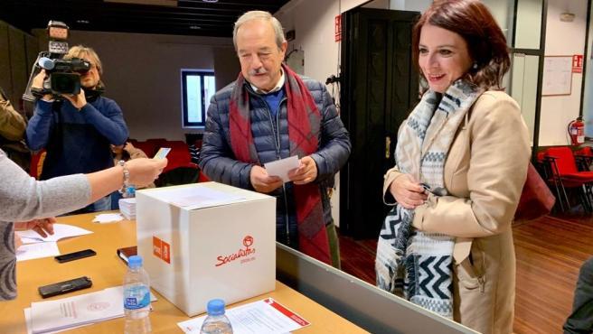 Adriana Lastra junto a Wenceslao López durante la consulta a la militancia socialista.