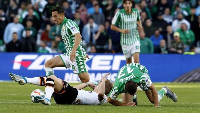 Un momento del partido entre Betis y Valencia.