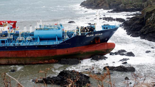 Vista del buque de transporte de productos químicos Blue Star que navegaba sin carga y que encalló en la noche de este viernes en una zona de rocas de la costa coruñesa.