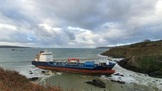 El buque Blue Star, encallado en la costa de Ares (A Coruña).