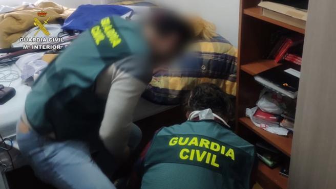 Agentes de la Guardia Civil en el momento de la detención de dos jóvenes por abusos a chicas menores.