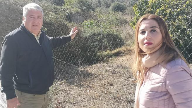El concejal socialista Salvador Trujillo y la Parlamentaria andaluza Beatriz Rubiño en la Fuente del Rey.