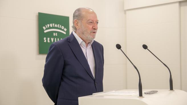 El presidente de la Diputación de Sevilla, Fernando Rodríguez Villalobos, presentando la ayuda europea para el proyecto 'SIPE'
