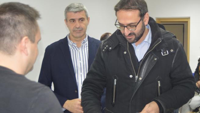 El secretario de Organización del PSOE de C-LM, Sergio Gutiérrez, vota en Escalona (Toledo) en la consulta a la militancia socialista.