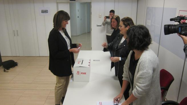 Idoia mendia vota en la consulta del PSOE para configurar un gobienro de coalición en el Estado