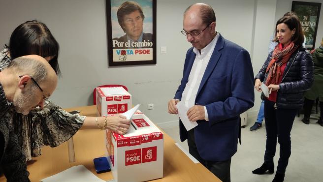 Javier Lambán vota este sábado en la consulta del PSOE en Ejea de los Caballeros.