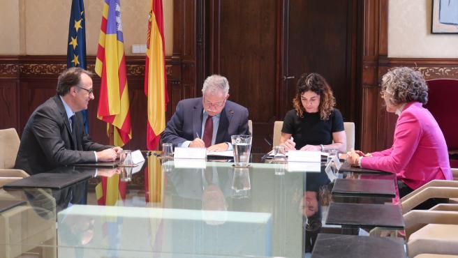 La consellera de Hacienda y Relaciones Exteriores, Rosario Sánchez, y el presidente de ISBA, Eduardo Soriano, han firmado el nuevo convenio.