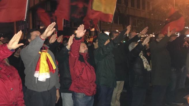 Manifestación de La Falange frente a la casa de Primo de Rivera