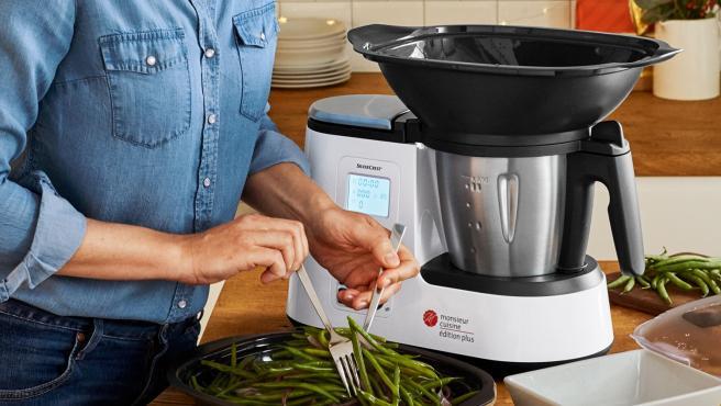 Una mujer prepara unas judías con el robot de cocina Monsieur Cuisine Plus de Lidl.