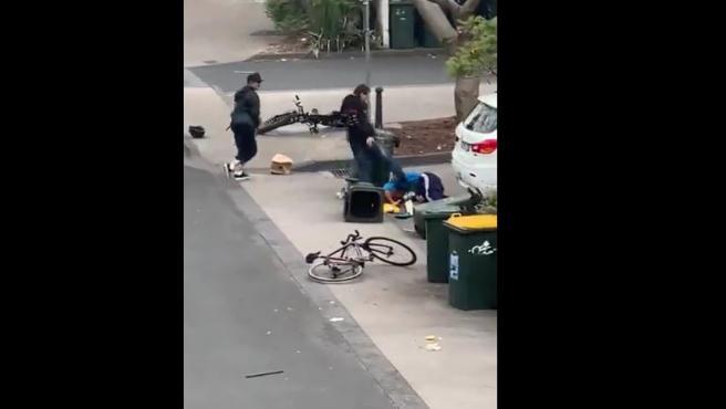 Paliza que un anciano recibió en Melbourne cuando trataba de evitar un robo.