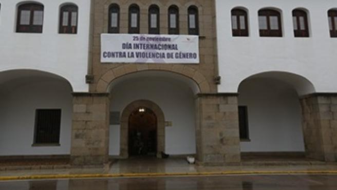 Pancarta contra la violencia hacia la mujer en la Diputación de Cáceres