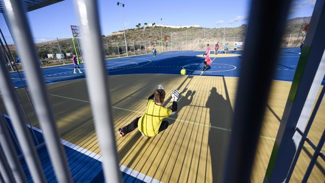 Pista deportiva en el barrio de Cuevas de Los Medinas