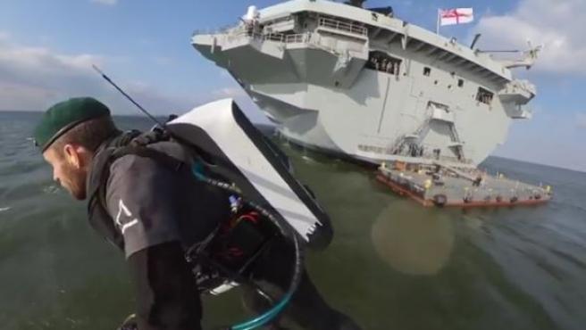 Richard Browing, en pleno vuelo tras despegar del portaaviones Queen Elizabeth.