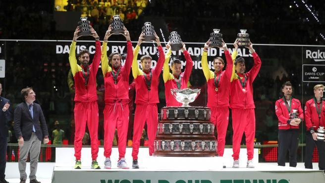 Los componentes del equipo español de Copa Davis alzan sus réplicas del trofeo.
