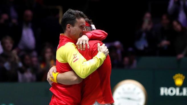 Rafa Nadal abraza a Roberto Bautista tras la conquista de la Davis.