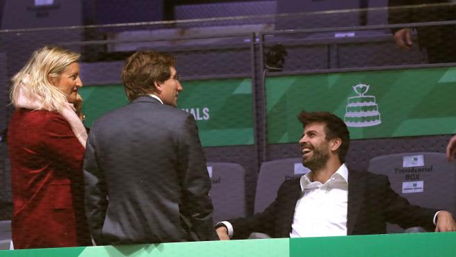 Gerard Piqué conversa con Martínez Almeida durante la Copa Davis