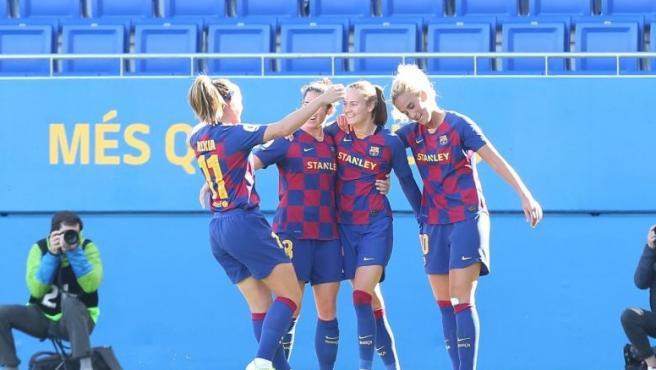 Las jugadoras del FC Barcelona femenin celebran uno de los goles de Caroline Graham Hansen ante el Deportivo ABANCA en la Primera Iberdrola