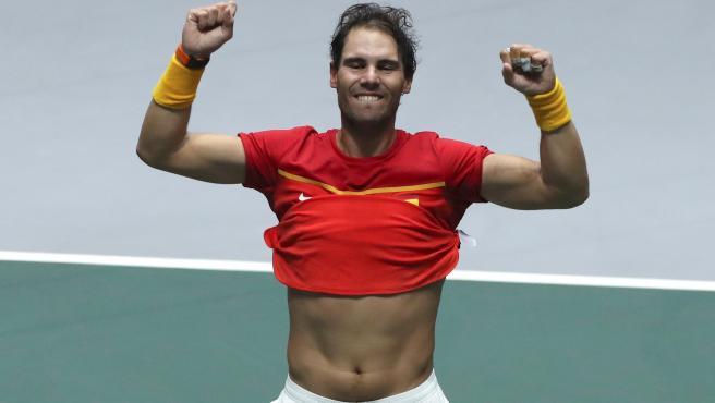 Rafa Nadal, con su camiseta a medio quitar tras ganar la Davis para España.